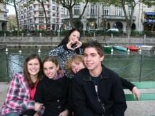 s priateľmi v meste