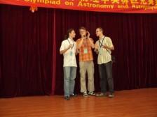 zábavný večer krajina baví krajinu, naši chlapci spievajú Macejka  zlatí medailisti